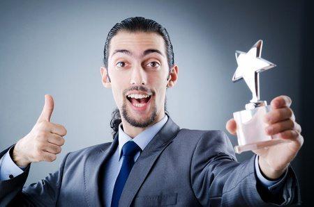 Mitarbeiter bekommt einen Anerkennungspreis aus Glas