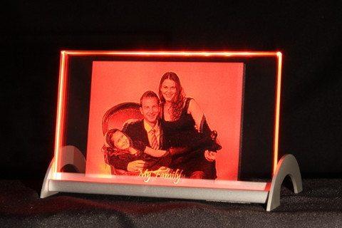 Glasplatte mit Glasgravur eines Fotos mit LED-Leuchtsockel