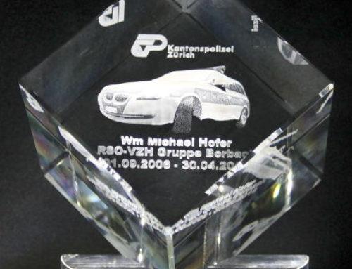 Firmengeschenk – Laura-Award Kristallglas-Würfel mit Glassockel