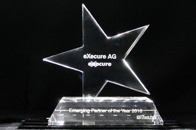 Award mit Stern auf Sockel und Lasergravur
